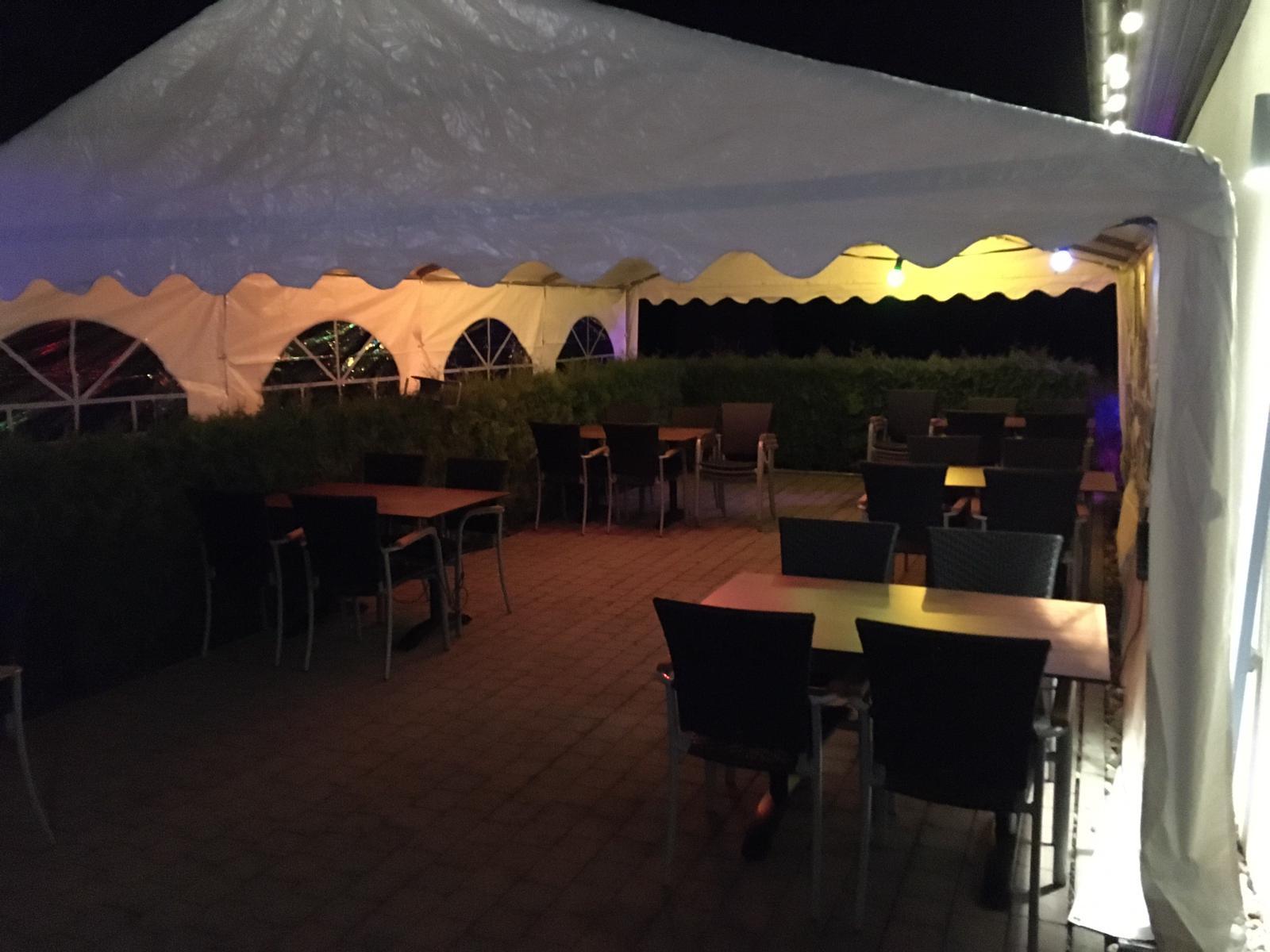 Biergarten mit Zelt - Nachts